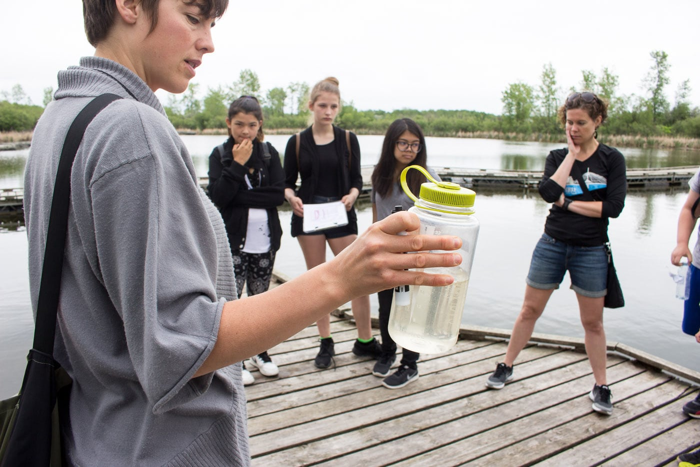 FortWhyte staff member describing water sample to student group